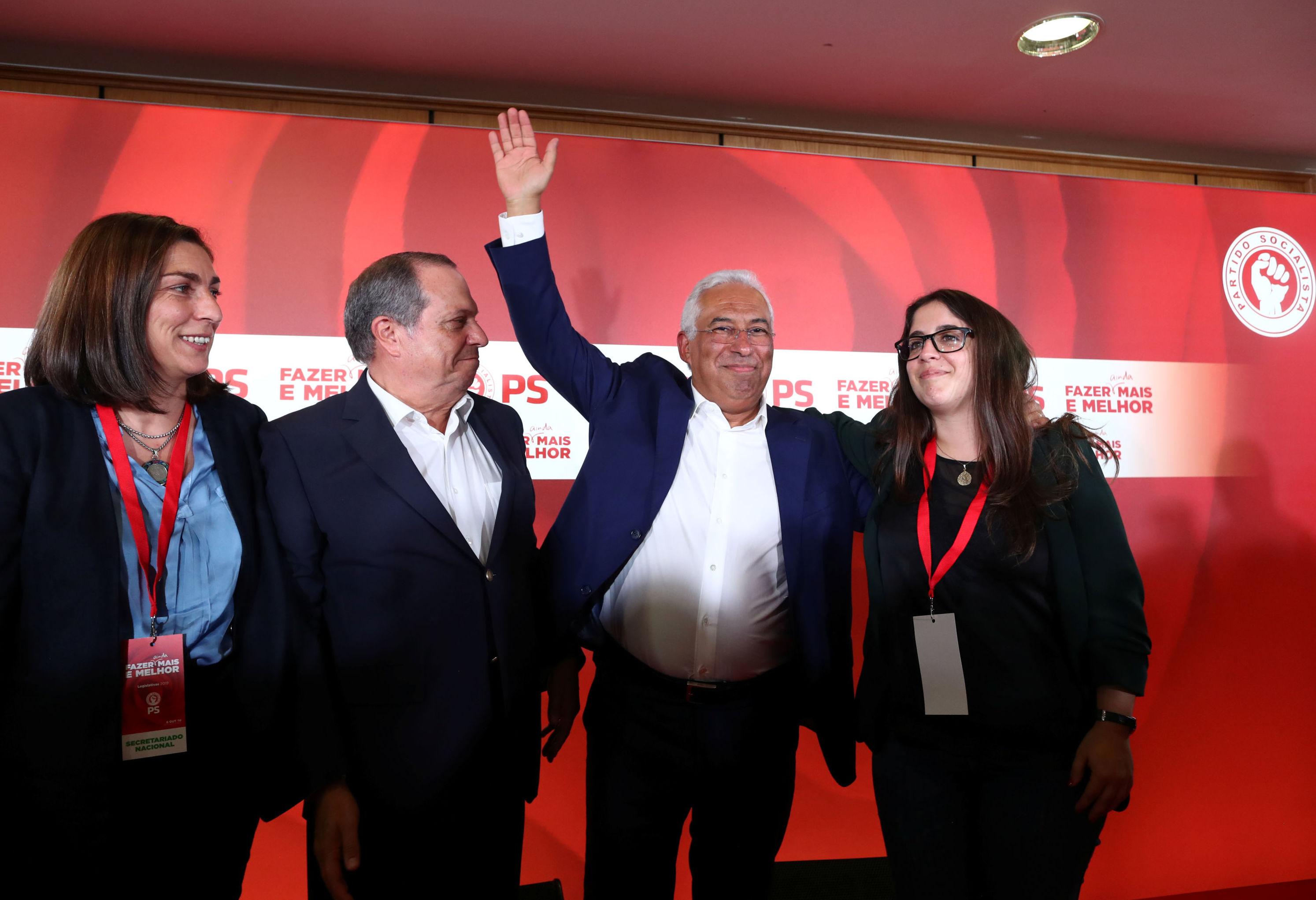 Primeiro-ministro e líder do Partido Socialista português, António Costa, celebrando os resultados primários da votação parlamentar em Portugal