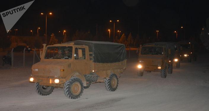 Veículos militares turcos perto da fronteira com Síria