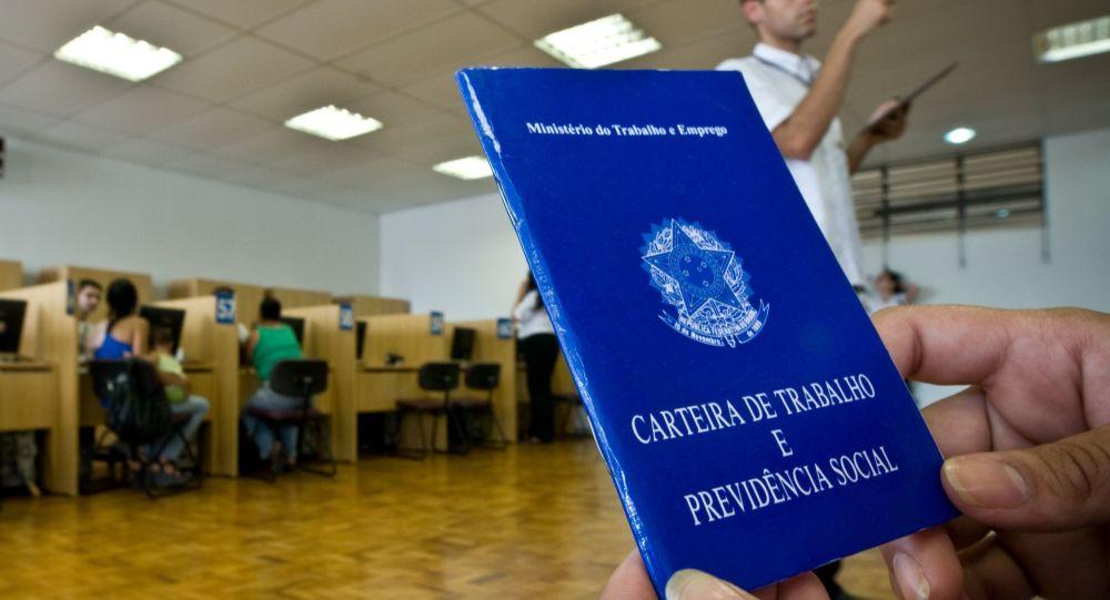 Pessoa não identificada segura a carteira profissional no Centro de Apoio ao Trabalhador da Luz (CAT) em 11 de fevereiro de 2010.