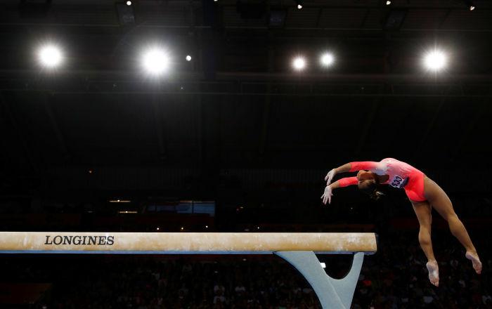 Ginasta brasileira Flávia Saraiva atuando na trave olímpica no Campeonato Mundial de Ginástica Artística em Stuttgart, Alemanha