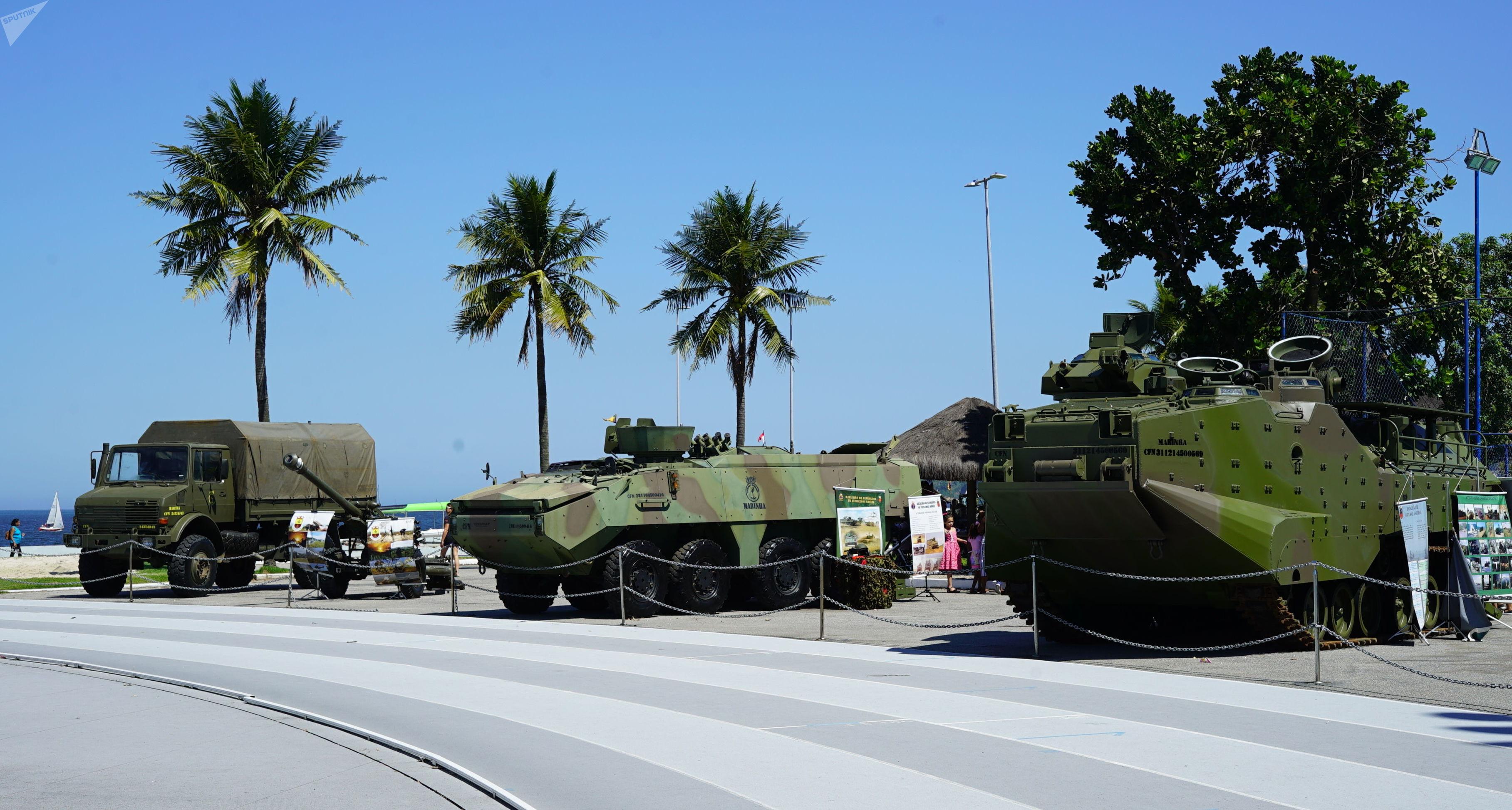 Veículos militares em exposição na Escola Naval da Marinha do Brasil, no Rio de Janeiro
