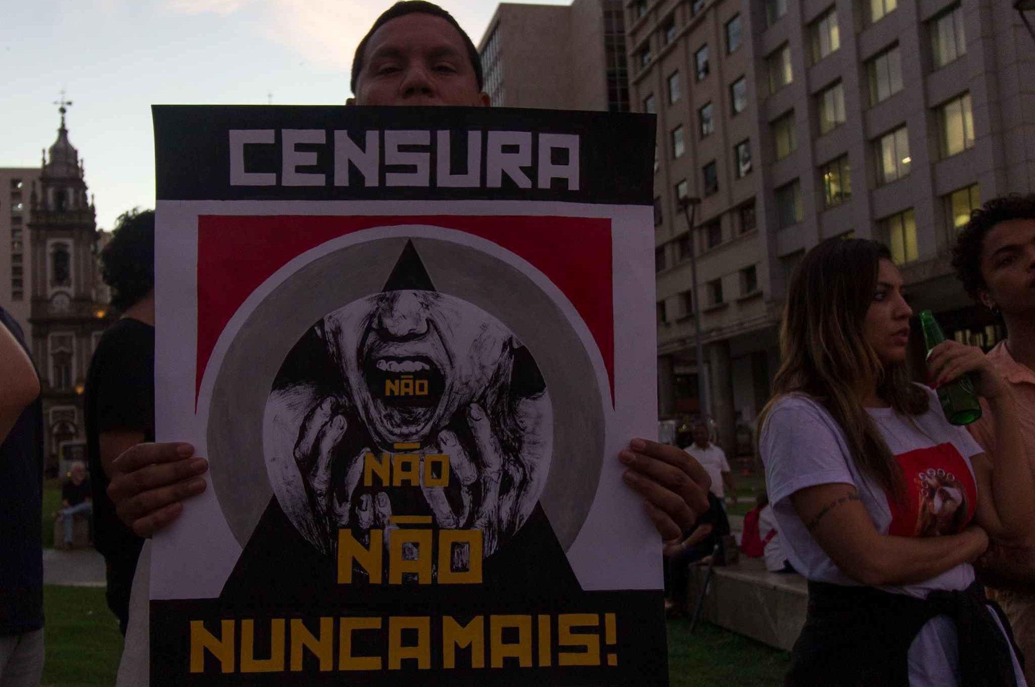 Ato Censura nunca mais, em frente ao CCBB, no Rio de Janeiro, reuniu artistas e outras pessoas para protestas contra vetos a espetáculos e eventos