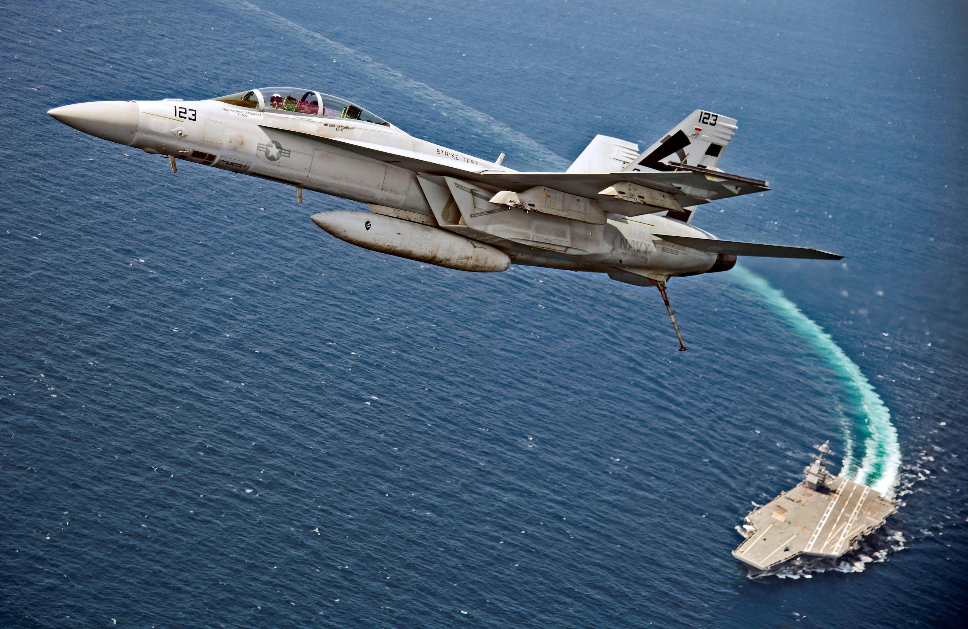 Caça-bombardeiro americano F/A-18F Super Hornet sobrevoa porta-aviões da Marinha dos EUA, USS Gerald R. Ford, no Atlântico