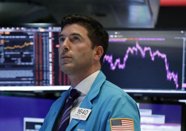 Trader em Wall Street observa queda brusca no índice Dow Jones, em Agosto de 2019.