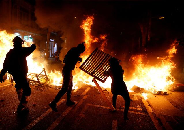 Separatistas entram em confronto com a polícia em um novo dia de atos em Barcelona