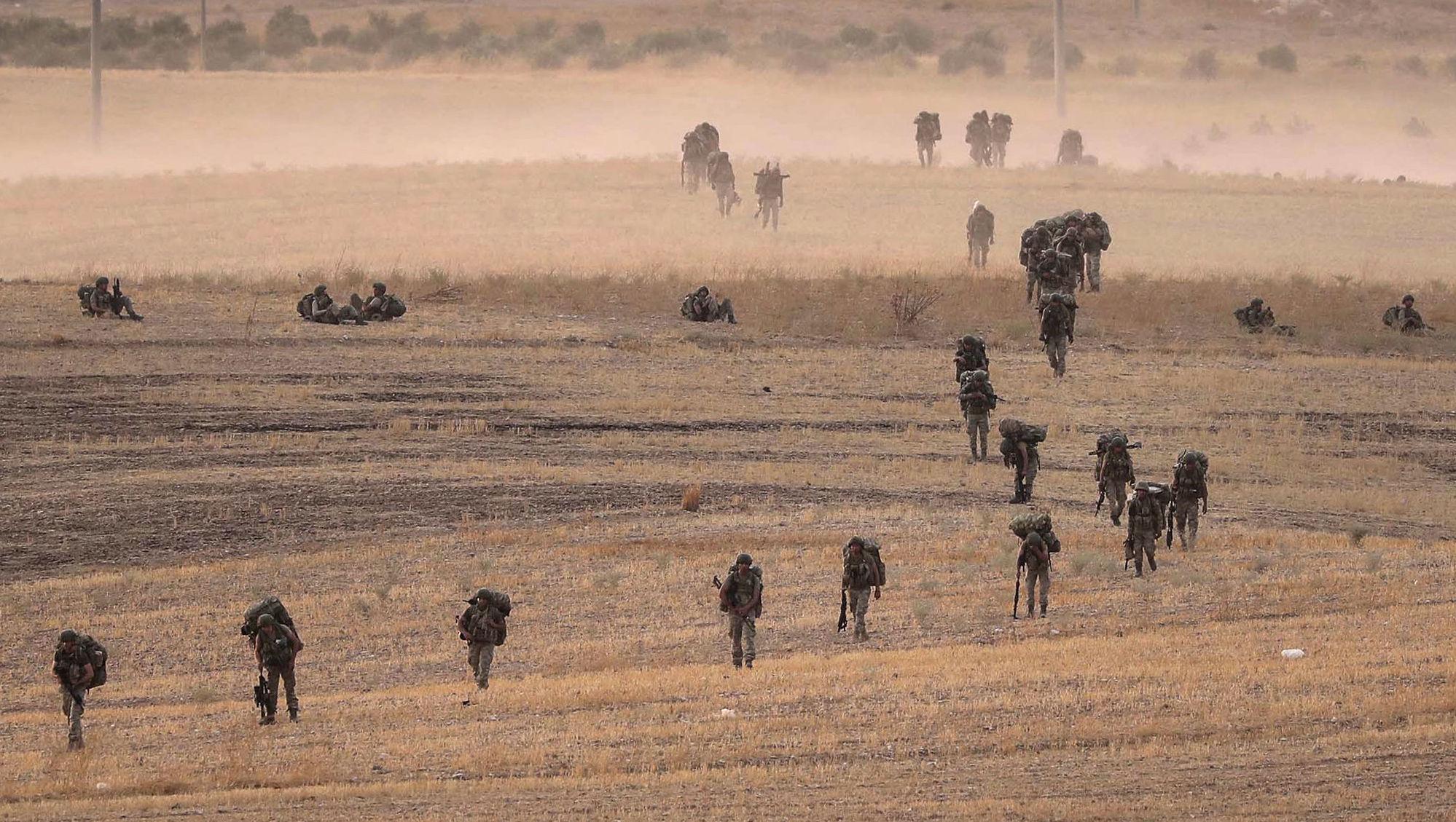 Soldados turcos se aproximam da cidade síria de Manbij, em 14 de outubro de 2019