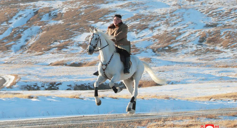 Líder norte-coreano Kim Jong-un cavalga um cavalo branco no monte nevado Paektu, em 16 de outubro de 2019