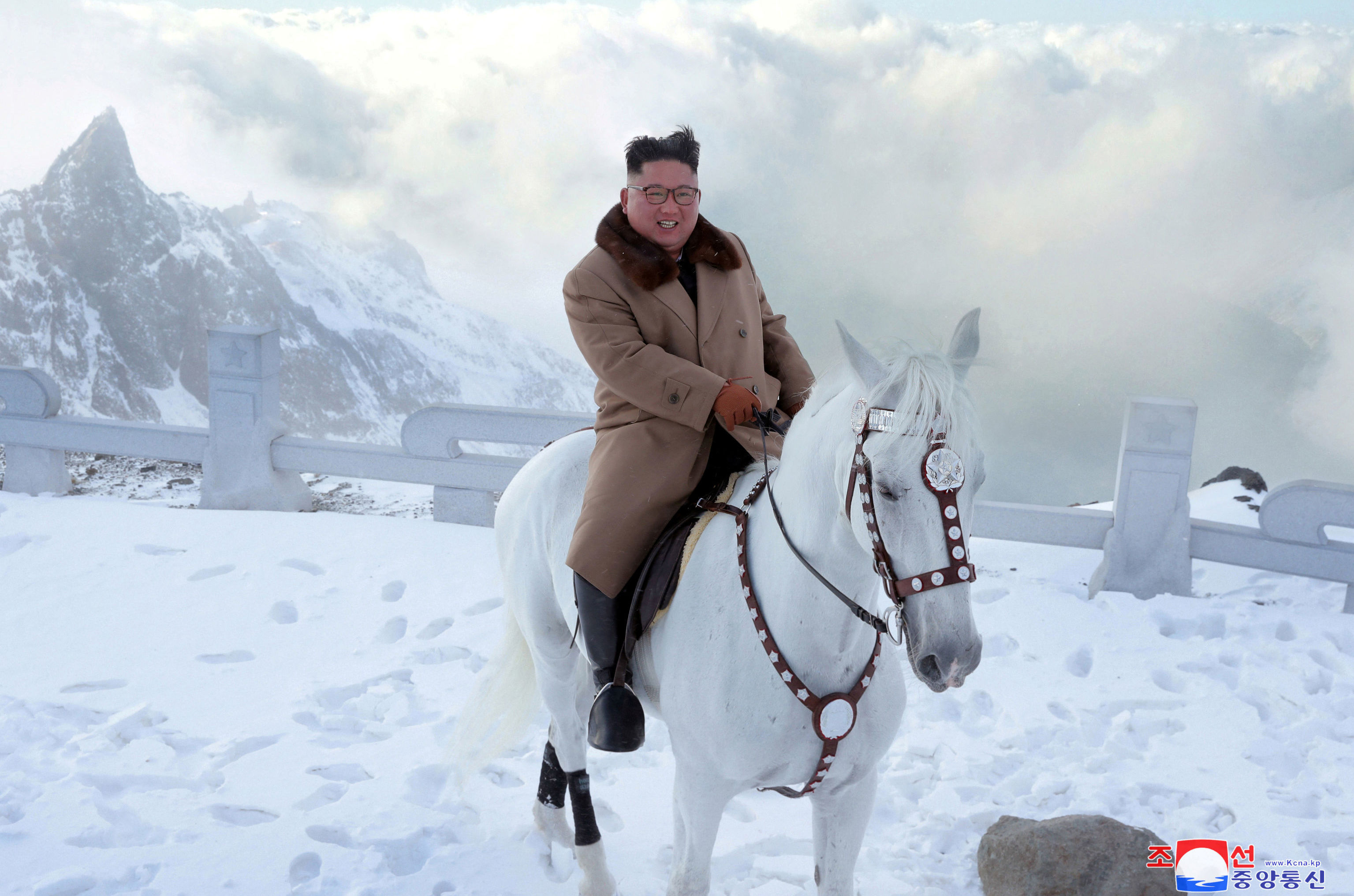 Kim Jong-un não poupa o corte de cabelo para fazer uma visita ao local de nascimento do seu pai, de acordo com as autoridades do país