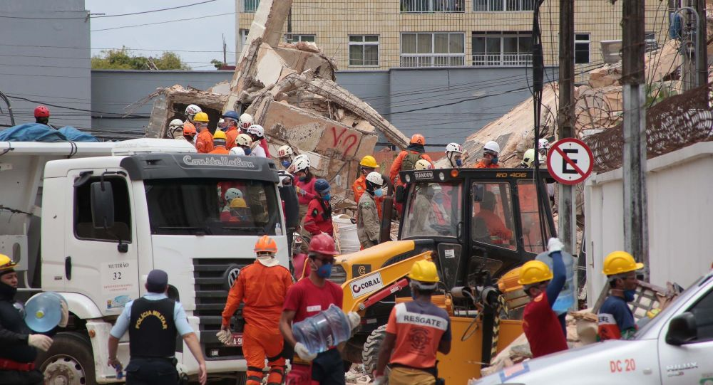 Bombeiros trabalham nos escombros do prédio que desabou em Fortaleza