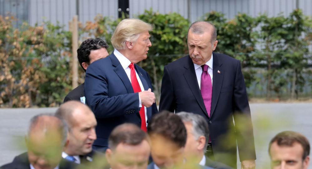 Presidente norte-americano Donald Trump fala com o seu homólogo turco antes de conferência da OTAN.