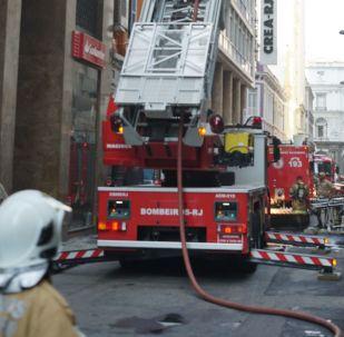 Bombeiros combatem incêndio no Rio de Janeiro