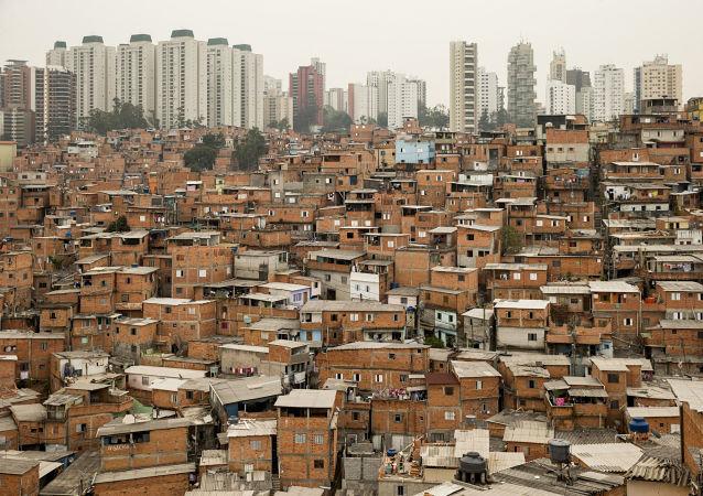 Desigualdade social: vista da favela de Paraisópolis, ao lado de um dos bairros mais ricos de São Paulo, o Morumbi