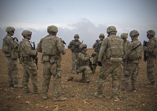 Em foto retirada em 2018, grupo de soldados norte-americano se reúnenm para patrulhamento em Manbij, no nordeste da Síria