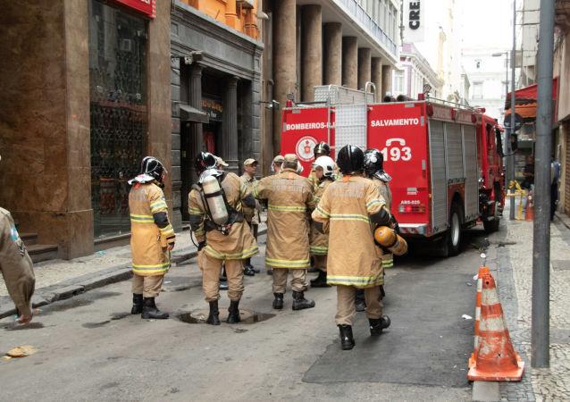 Boate Quatro por Quatro tem novo foco de incêndio 3 dias depois de fogo matar 4 bombeiros, na cidade do Rio de Janeiro,  na última sexta-feira. Na foto, imagens da fachada do estabelecimento na manhã desta segunda-feira, 21.