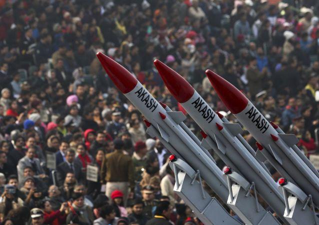 Indianos assistem exibição de mísseis Akash passando pela avenida Rajpath, durante as comemorações do Dia da República em Nova Deli, Índia