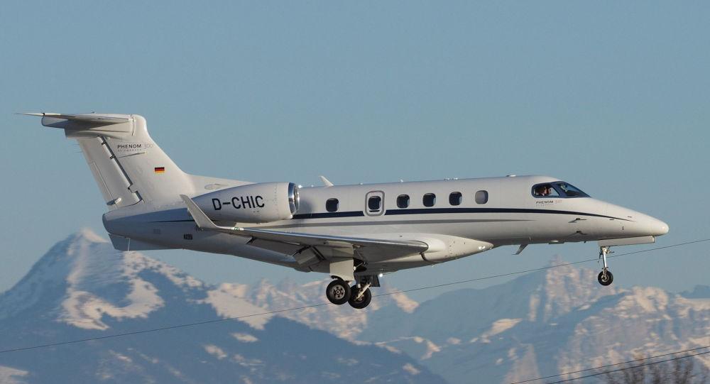 O líder de vendas Embraer Phenom 300 durante vôo nos alpes franceses