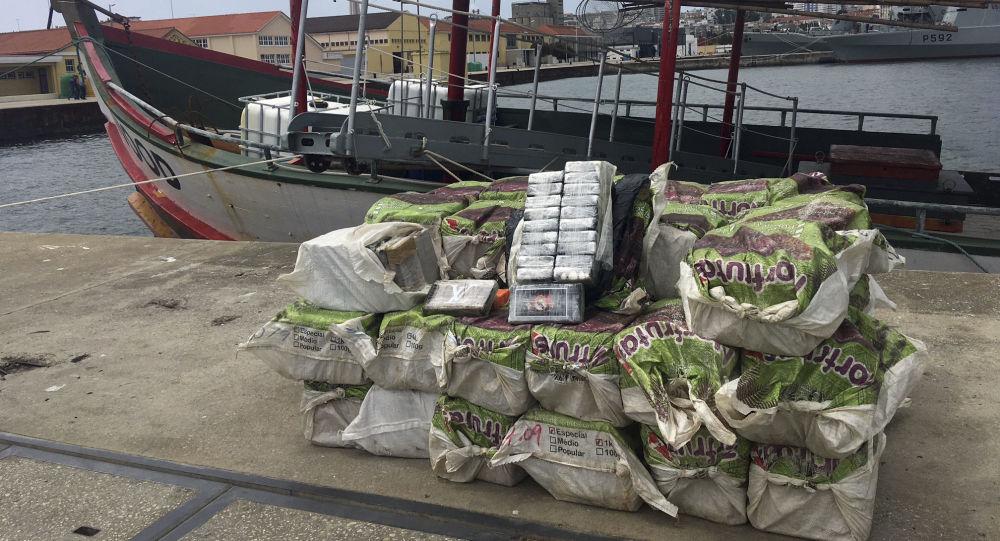 Pacotes de cocaína apreendidos pela polícia portuguesa em Almada, perto de Lisboa