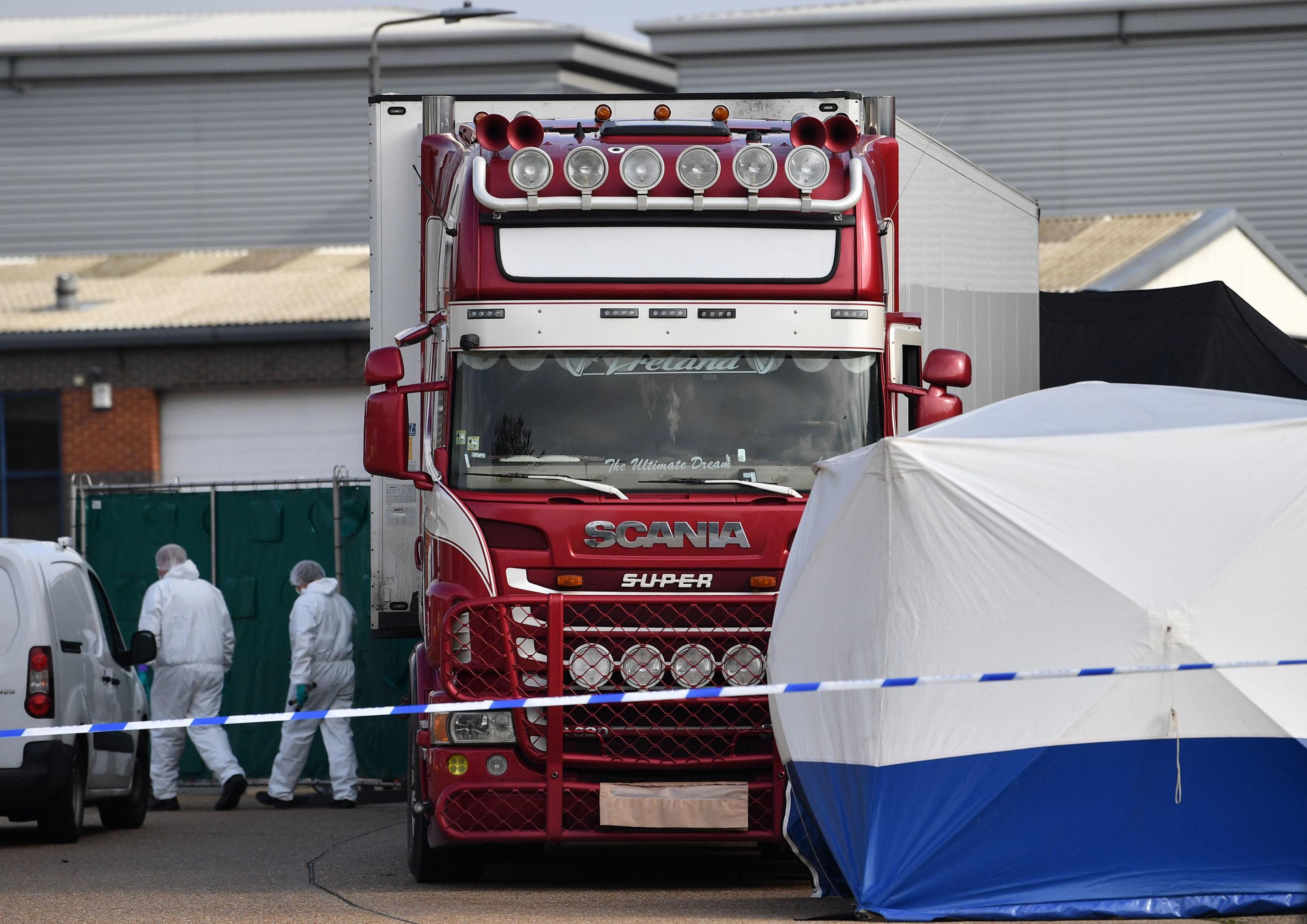 Equipe trabalha em caminhão com 39 mortos em seu interior