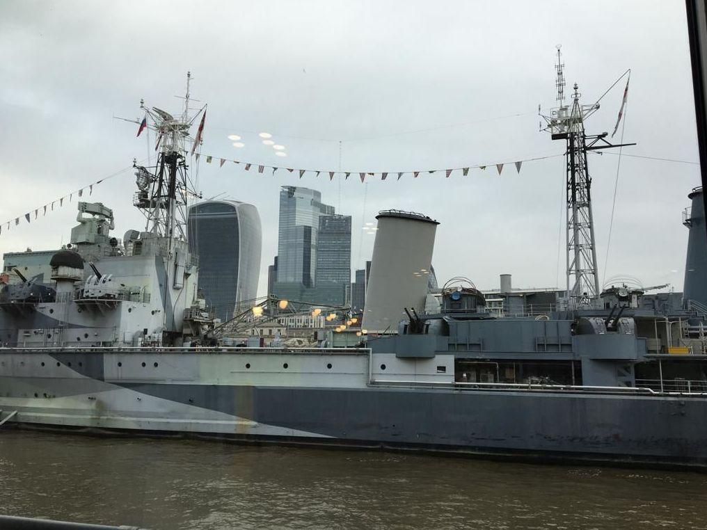 Bandeira da Rússia hasteada em navio da Marinha Real britânica