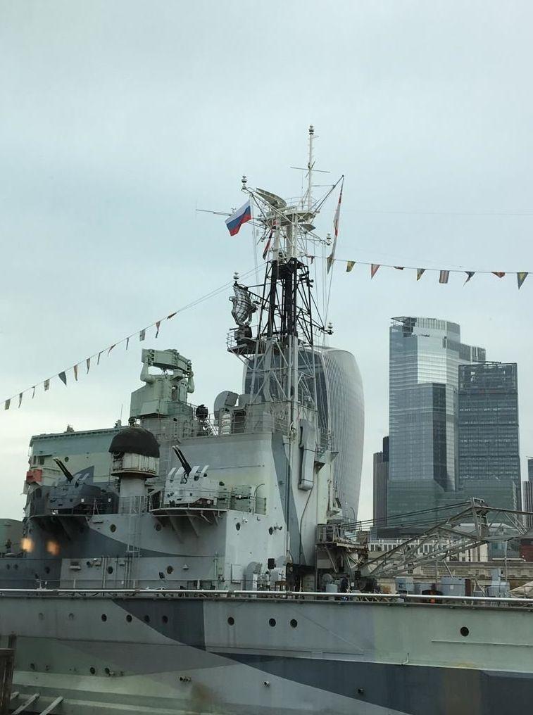 Navio da Marinha Real britânica com bandeira da Rússia hasteada