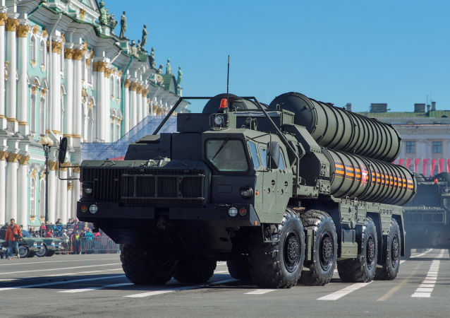 Transportadores-lançadores de sistemas de mísseis S-400 Triumf no ensaio final da parada militar na Praça do Palácio de São Petersburgo.