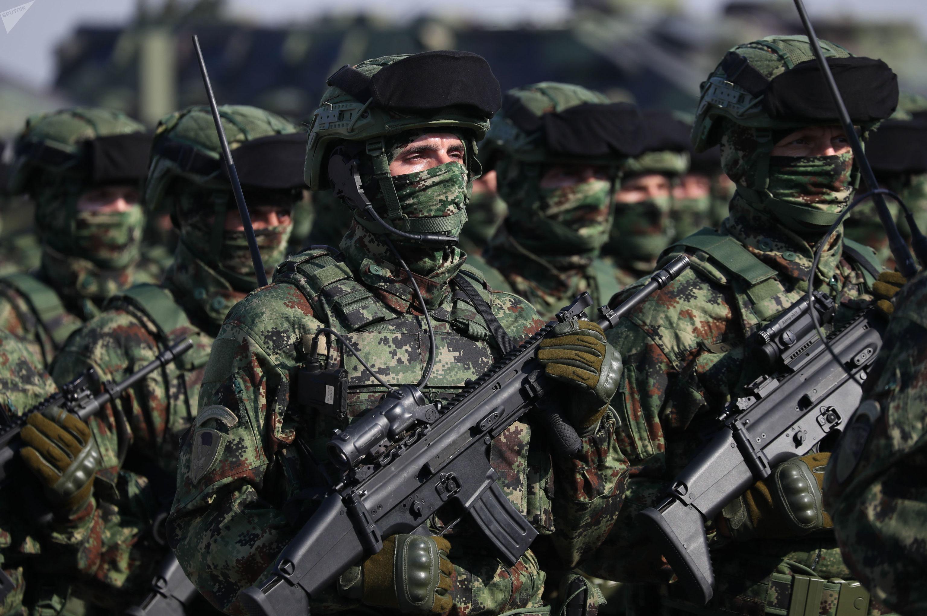 Soldados sérvios durante exercícios Liberdade 2019, em aeródromo próximo a Belgrado, em 19 de outubro de 2019