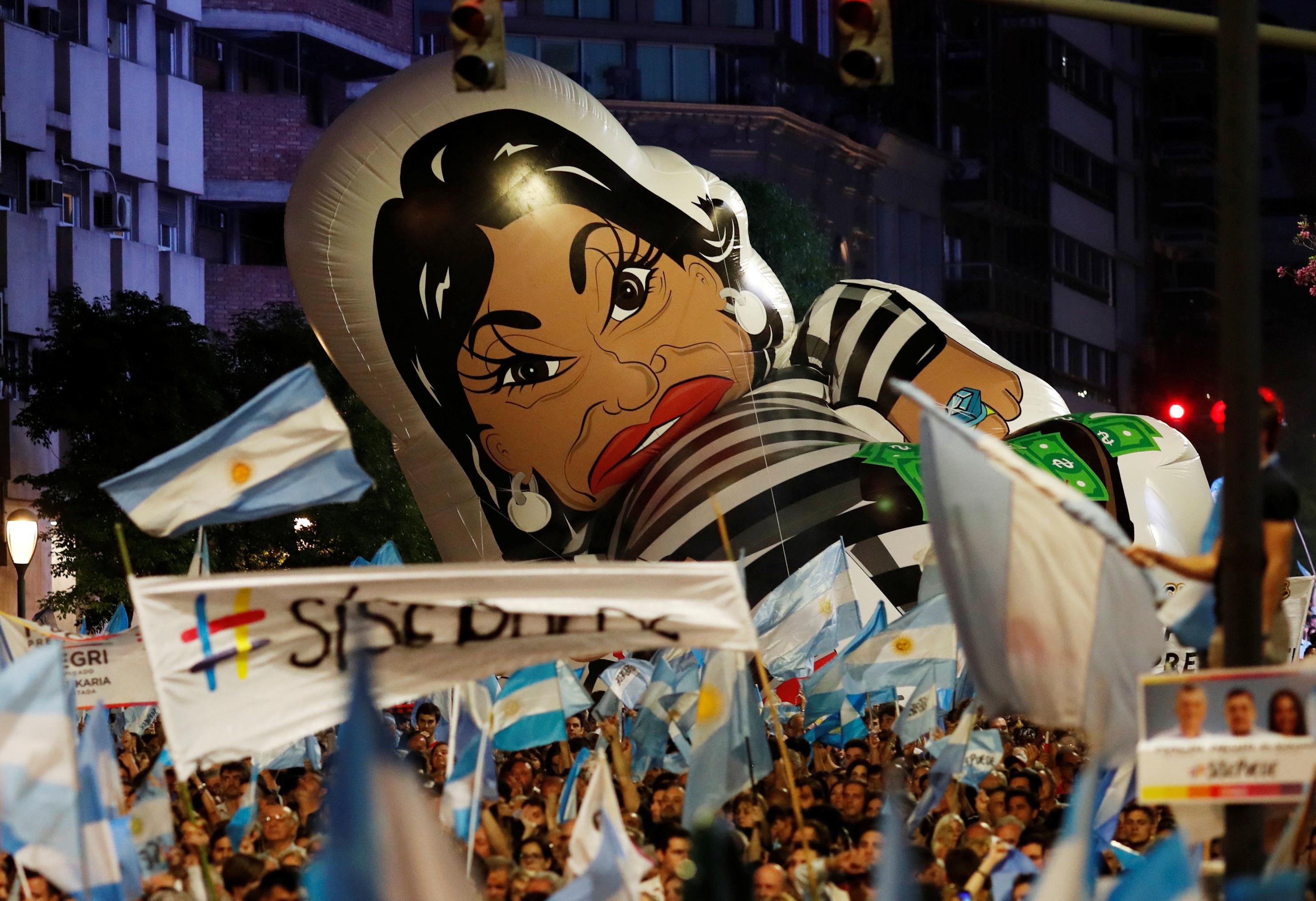 Apoiadores de Mauricio Macri carregam um boneco inflável da ex-presidente Cristina Kirchner, candidata a vice-presidente com Alberto Fernandez, durante um com comício no dia 24 de outubro de 2019.