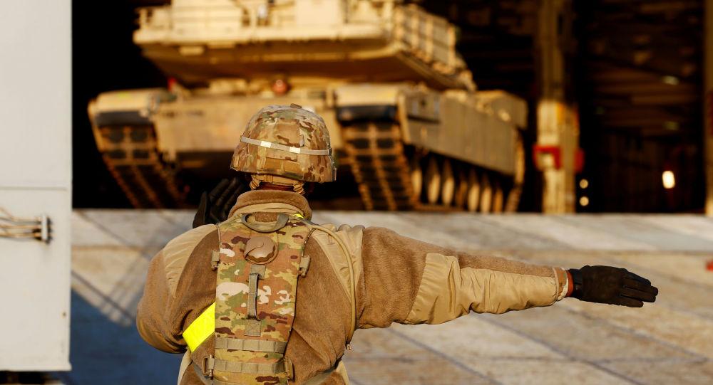 Blindado norte-americano desembarca para operação da OTAN em Riga, na Lituânia, em 16 de outubro de 2019.