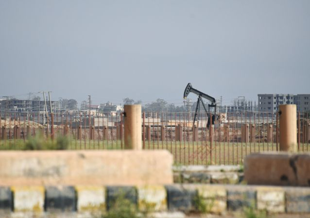 Poço de petróleo nos arredores da cidade síria de Deir ez-Zor, na Síria