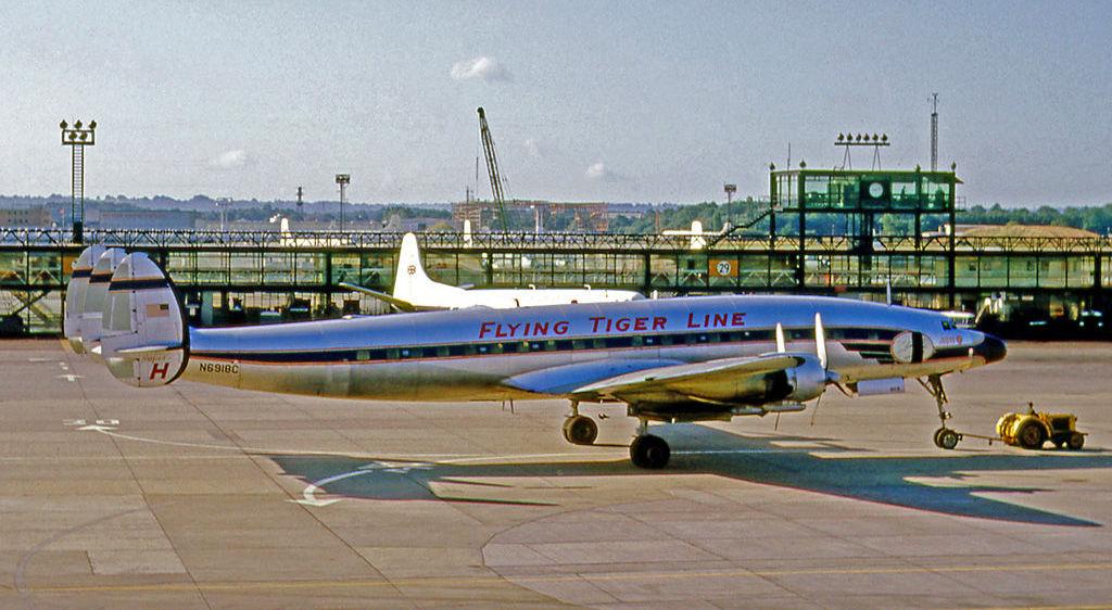 Avião Lockheed L-1049H Super Constellation da companhia aérea Flying Tiger, semelhante ao desaparecido