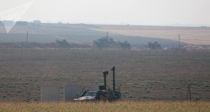 Militares russos e turcos em patrulhamento na Síria