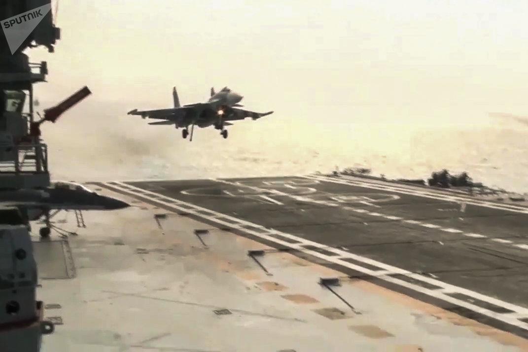 Caça embarcado Su-33 da Força Aeroespacial russa pousa no convés do porta-aviões Admiral Kuznetsov ao largo da costa da Síria