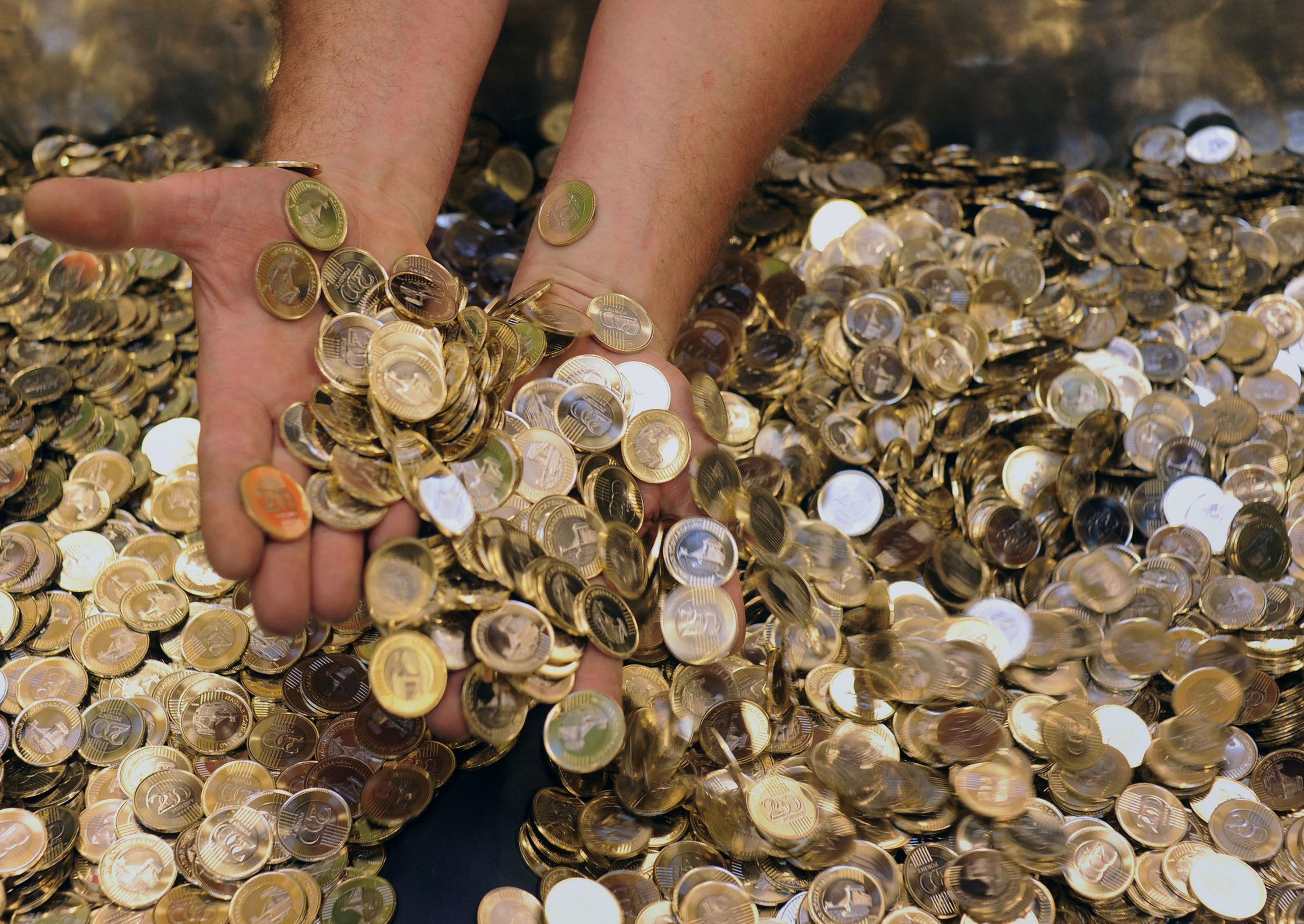 Funcionário do Banco Nacional da Hungria mostra as novas moedas de 200 florins. Na época, criação da moeda teve o objetivo de possibilitar uma transição mais suave para o euro. Desde 2010, a Hungria repensa seus planos de adesão à moeda única.