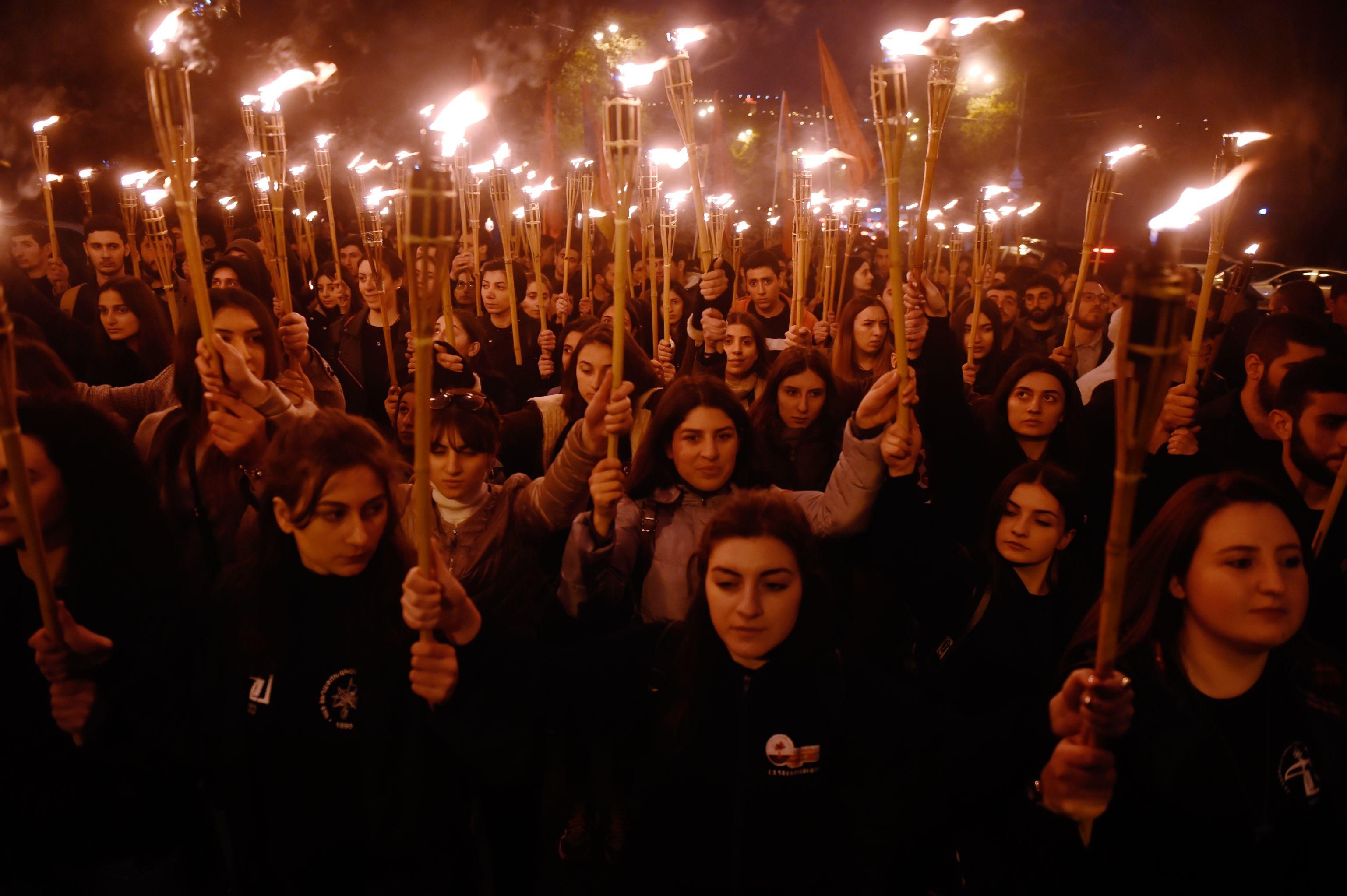 Participantes da procissão de velas em Erevan rumam ao memorial de Tsitsernakaberd, que recorda o genocídio do povo armênio de 1915