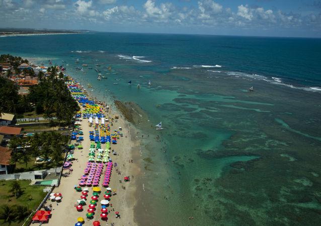 Artistas fazem 'abraçaço' na praia de Maracaípe para agradecer aos voluntários que limparam as praias do Nordeste atingidas por manchas de óleo