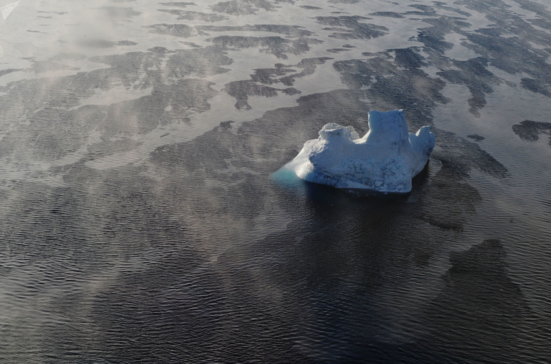 Geleira se derrete na costa russa do Ártico, próximo ao arquipélogo polar de São Francisco, no mar de Berents