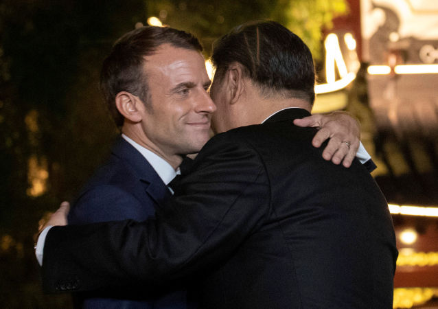 O presidente chinês, Xi Jinping, abraça o presidente da França, Emmanuel Macron, após jantar de despedida no distrito de Yu Garden, em Xangai, no dia 5 de novembro de 2019