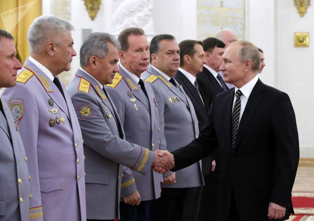 Presidente da Rússia, Vladimir Putin, encontra-se com oficiais das Forças Armadas de seu país