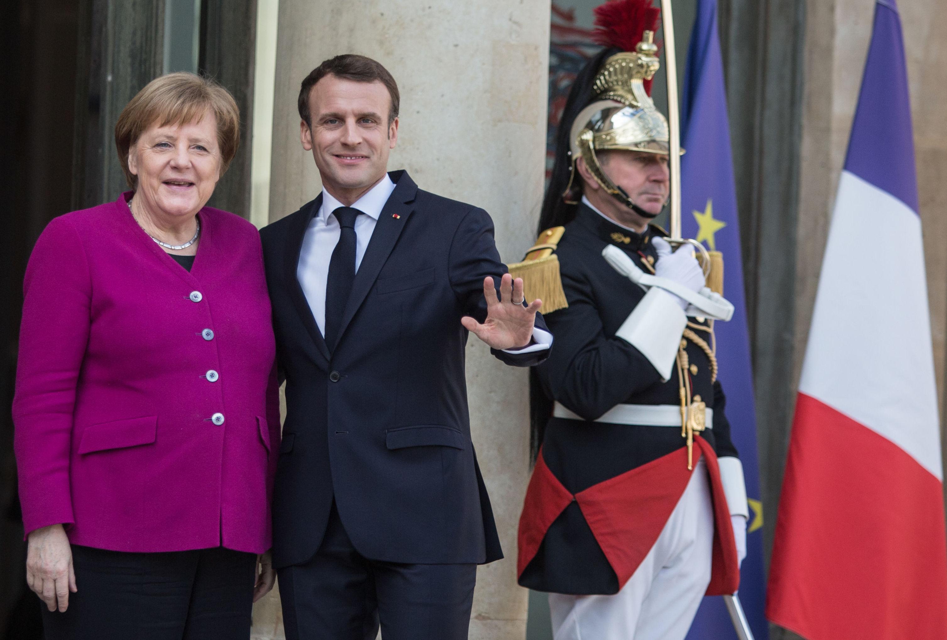 Chanceler federal da Alemanha, Angela Merkel, e o presidente da França, Emmanuel Macron, durante a cúpula dos líderes da UE e da China no Palácio do Eliseu, em Paris
