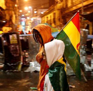 Pessoas passam por barricadas em protestos contra o presidente da Bolívia, Evo Morales