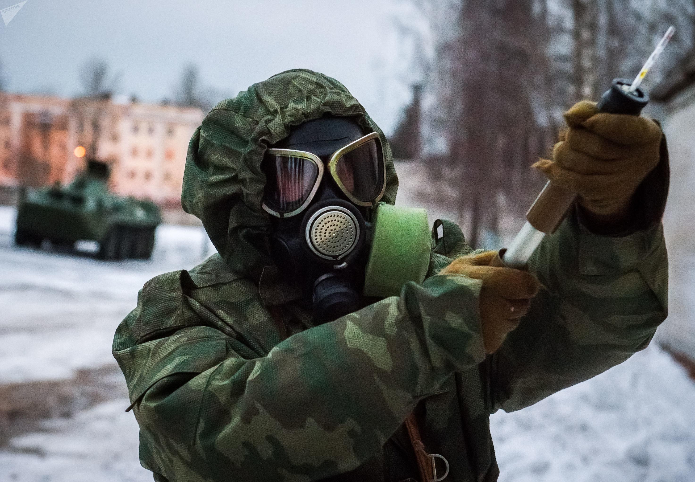 Um militar das Forças Armadas russas durante uma sessão de treinamento conjunto para eliminar as consequências da emergência em uma instalação militar na região de Leningrado, como parte da reunião de organização e mobilização da liderança do Distrito Militar Ocidental