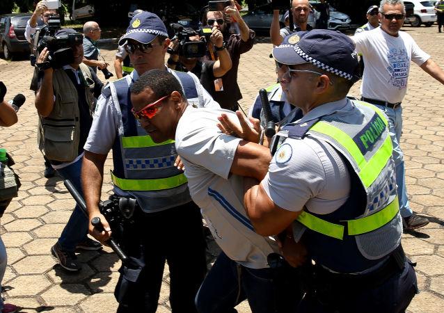Cidadão é detido durante confronto entre apoiadores e oposicionistas de Maduro após tentativa de invasão da embaixada da Venezuela em Brasília