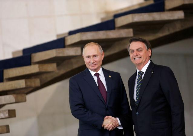 Presidente russo Vladimir Putin ao lado do líder brasileiro Jair Bolsonaro na cúpula dos BRICS, em Brasília