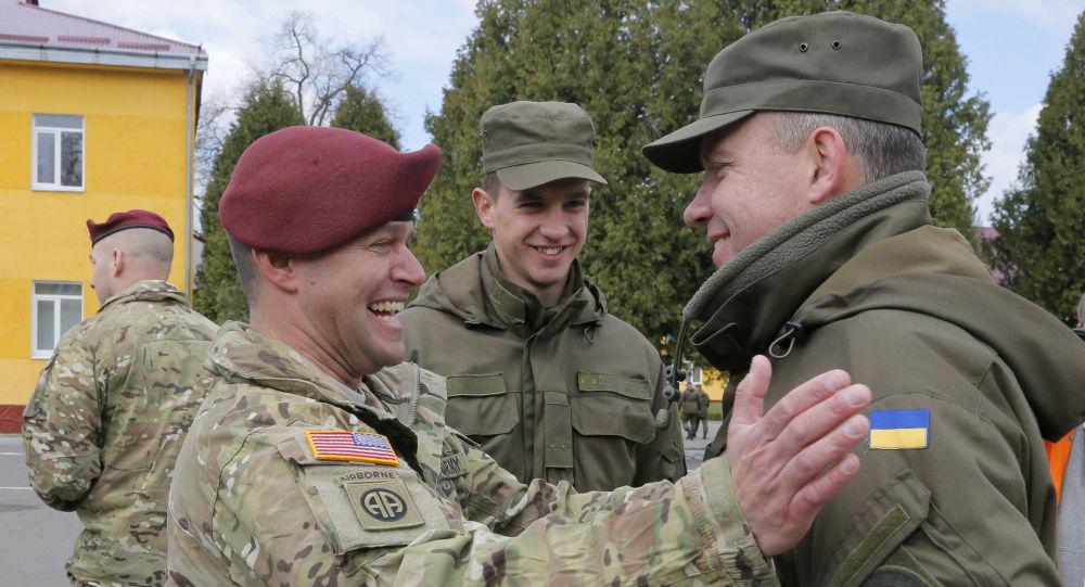 Soldados da Ucrânia e EUA conversam durante exercícios militares conjuntos (foto de arquivo)