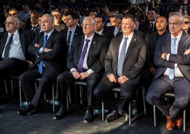 Presidente israelense Reuven Rivlin (centro) ao lado de Benjamin Netanyahu (à esq.) e do opositor Benny Gantz (segundo à dir.)
