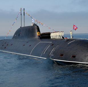 Marinheiros da Marinha da Rússia no convés do submarino nuclear Kuzbass