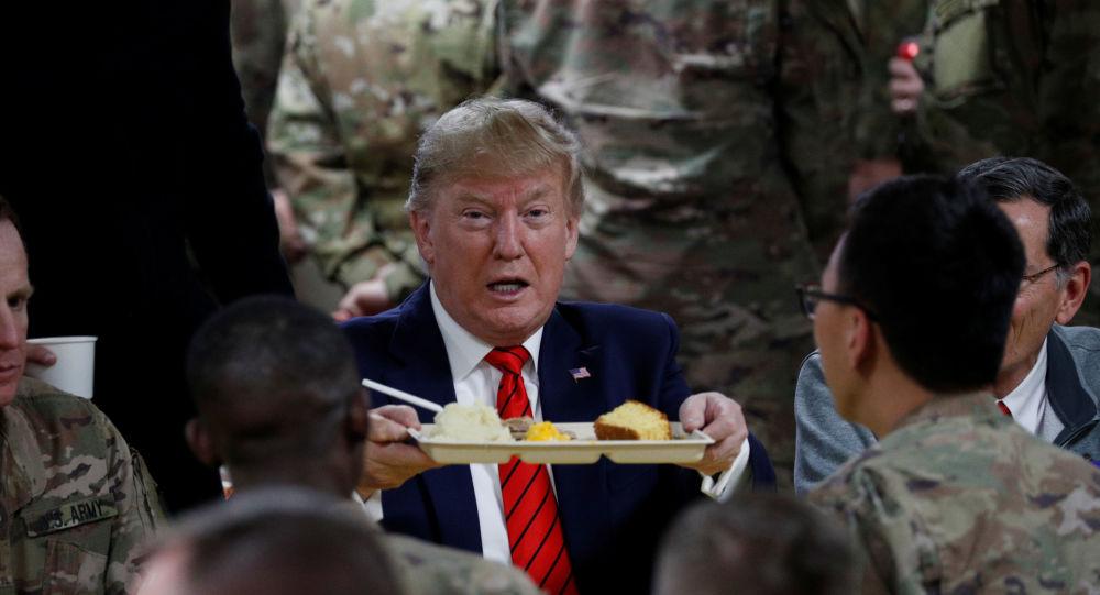 O presidente dos Estados Unidos, Donald Trump, participa com as tropas norte-americanas de um jantar de Ação de Graças durante sua visita surpresa à base aérea de Bagram, no Afeganistão no dia 28 de novembro de 2019.
