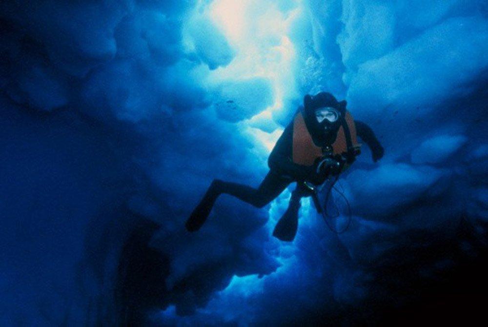 Ice diving é um tipo de mergulho sob o gelo