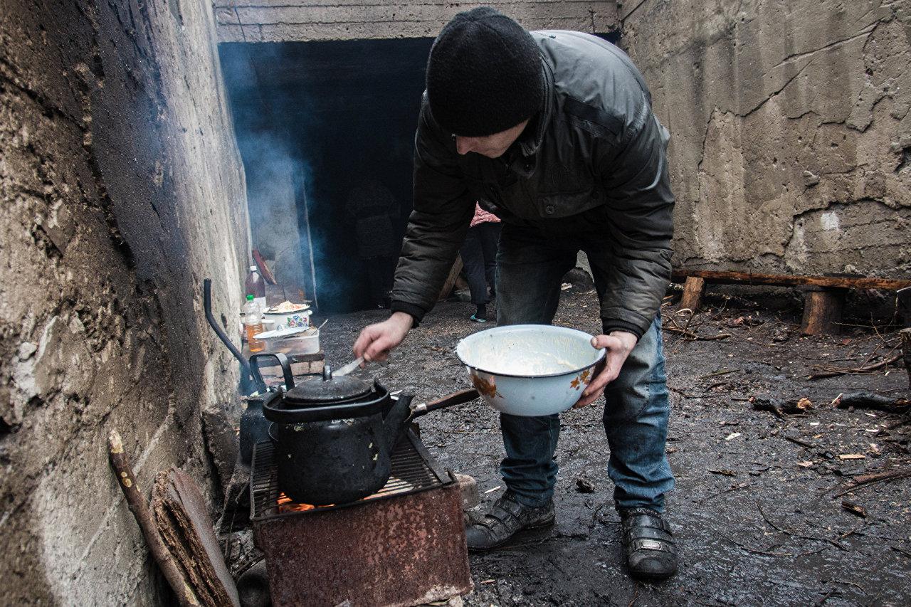 Habitantes no abrigo em povoação Maryinka, na região de Donetsk