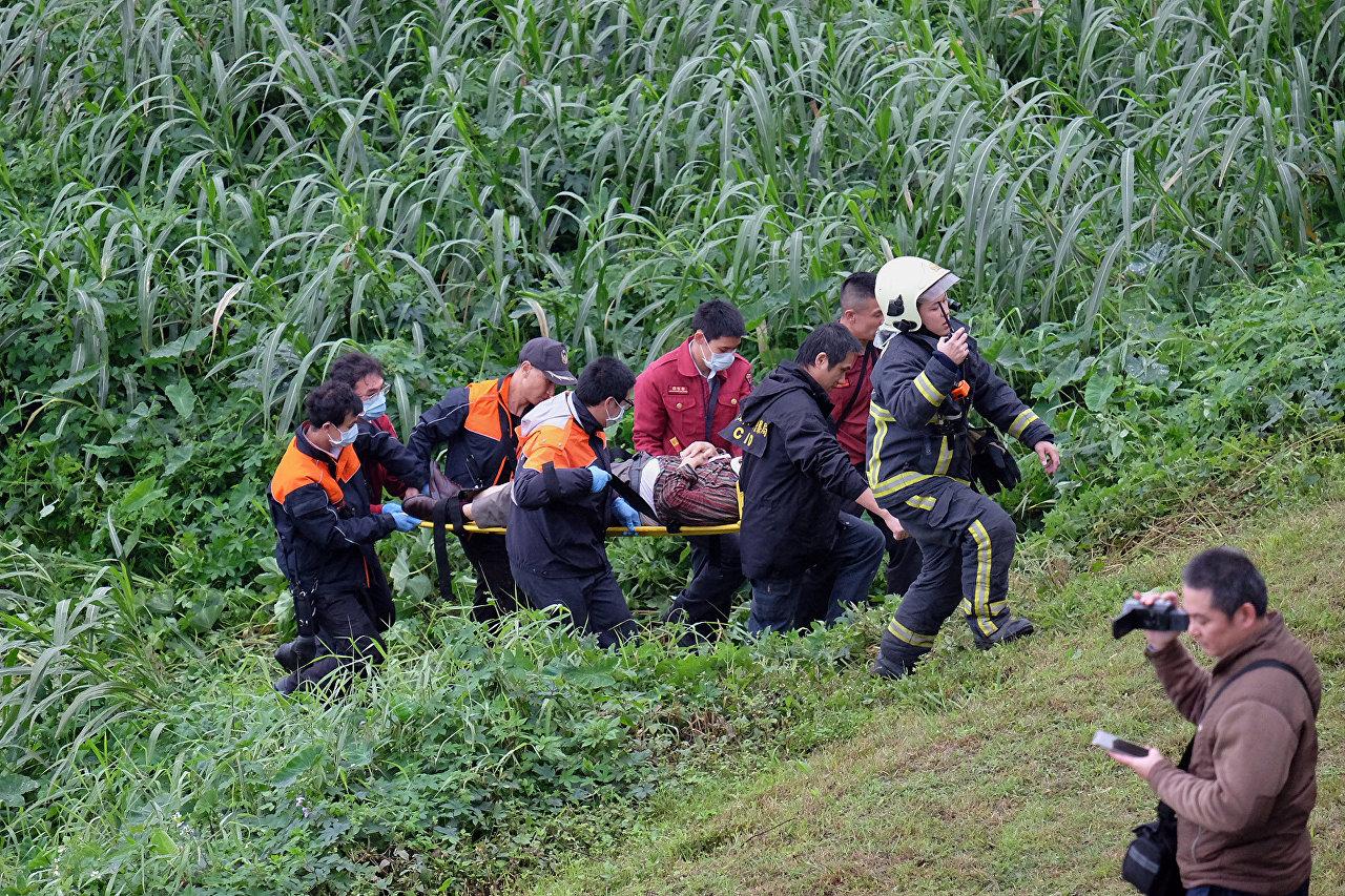 Trabalhos de salvamento do avião em Taiwan